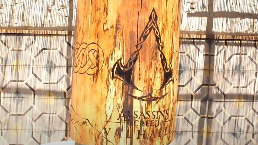 Belgisch kunstenaar tatoeëert stuk hout voor Assassin's Creed Valhalla