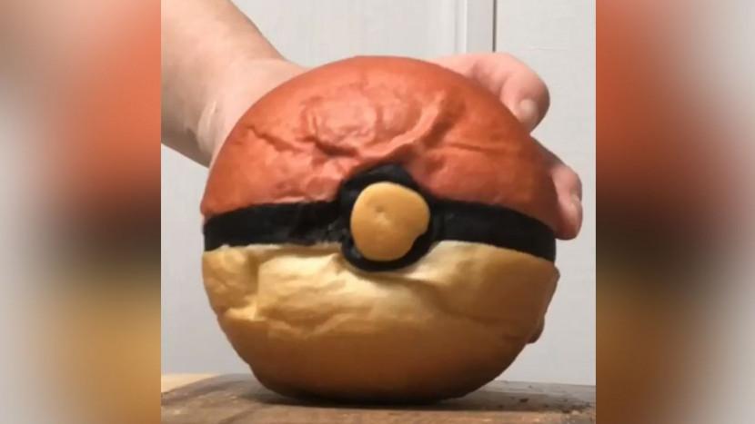 Er zit een verrassing in dit Poké Ball brood
