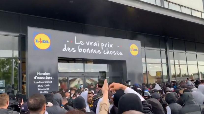 Video: stunt met PS4 consoles voor 95 euro loopt uit de hand, politie gebruikt traangas (ook op zichzelf)
