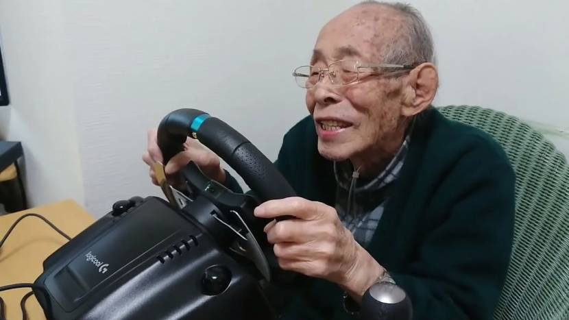 Deze 93-jarige vindt racegames echt geweldig