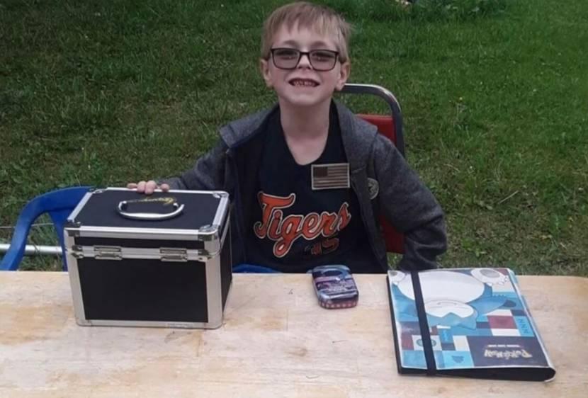 8-jarige wil Pokémon kaartcollectie verkopen om operatie van puppy te betalen, internet schiet te hulp