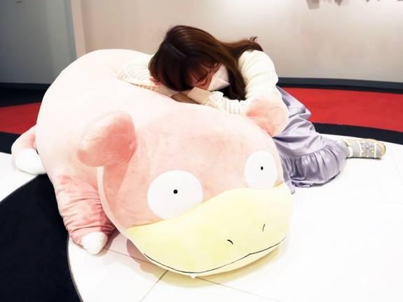 Levensgrote Slowpoke knuffel is ideaal voor een duthje
